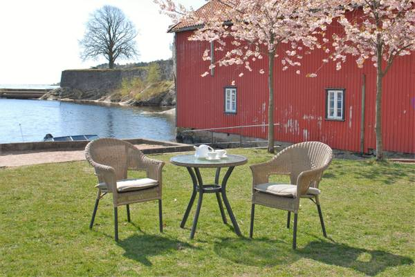 Bilde av Savona sett 2 stablestoler+bord Ø73 cm - antrasittgrå/naturtone